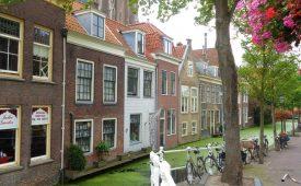 Dwalen door schilderachtig Delft