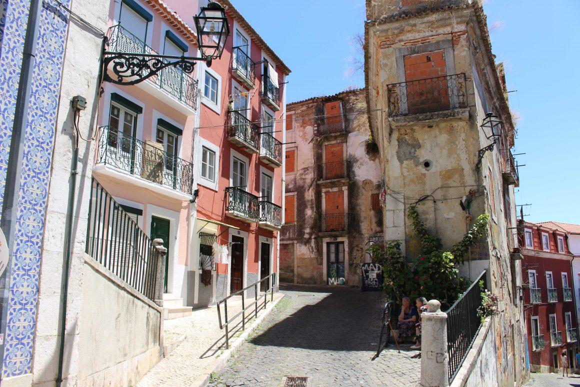 alfama-wijk-lissabon-straat