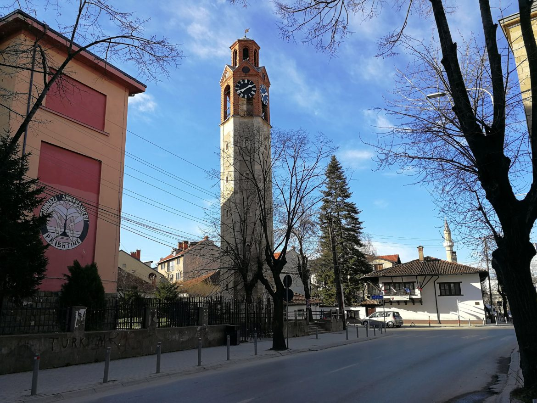 Klokkentoren in Pristina oud