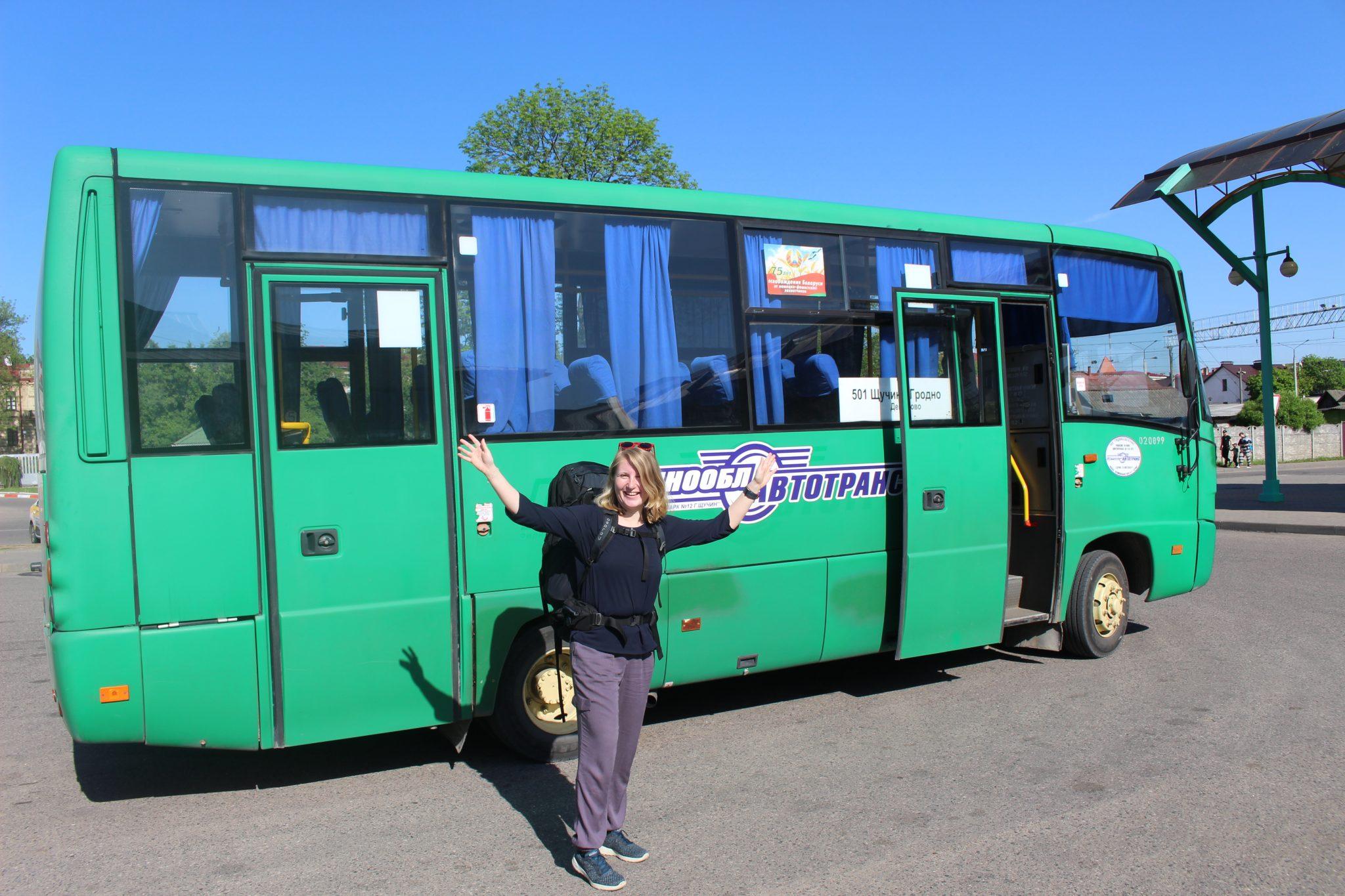 Esther reist per bus