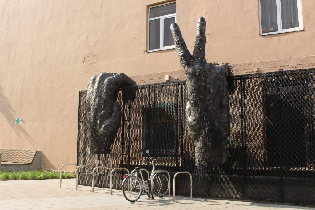 Gorilla hands MO Museum Vilnius